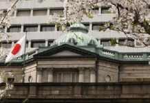 日本央行维持货币政策不变 暗示下个月可能行动